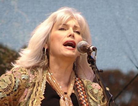 Emmylou_On_Stage.jpg